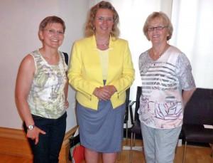 09_Angelika-Hofmann-und-Annemarie-Walther-mit-Frau--Kerstin-Schreyer,-Integrationsbeauftragte-der-Bayer.Staatsreg.